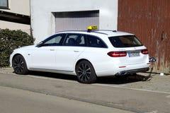 Táxi híbrido da propriedade de Mercedes-Benz E 300 DE Tomada dentro fotografia de stock royalty free