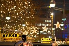 Táxi na noite Fotografia de Stock Royalty Free