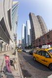 Táxi na rua 42 com vista Foto de Stock Royalty Free