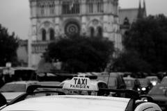 Táxi parisiense nas ruas da cidade imagem de stock royalty free