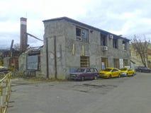 Táxi perto da casa arruinada Fotos de Stock
