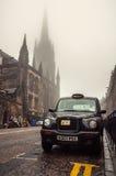 Táxi preto no strret em Edimburgo, Reino Unido Imagens de Stock Royalty Free