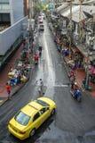 Táxi que conduz abaixo da rua em Banguecoque Imagem de Stock Royalty Free