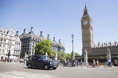 Táxi que conduz ben grande passado em westminster Fotos de Stock Royalty Free