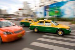 Táxi rápido no tráfego de cidade foto de stock