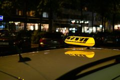 Táxi - sinal de incandescência foto de stock royalty free