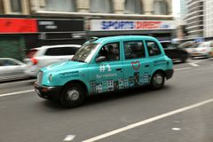 Táxi típico de Londres nas ruas da capital do ` s de Inglaterra Fotos de Stock