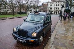 Táxi tradicional do preto de Londres Fotografia de Stock