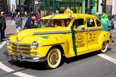 Táxi velho na parada -2 do dia de Patrick de Saint imagem de stock