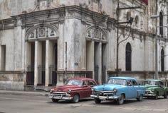 Táxis cubanos que passam sob uma igreja velha em Havana, Imagem de Stock Royalty Free