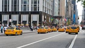 Táxis de táxi amarelos icônicos na 5a avenida Foto de Stock Royalty Free