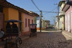 TÁXIS DO TRICICLO DA CENA DA RUA DE CUBA TRINIDAD fotos de stock royalty free
