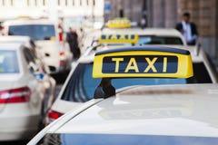 Táxis na cidade imagem de stock