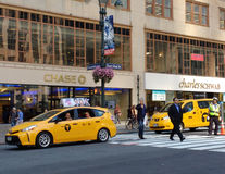 Táxis na 42nd rua perto do terminal de Grand Central, New York City, NYC, NY, EUA Imagens de Stock Royalty Free