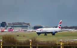 Táxis planos de British Airways após a aterrissagem no aeroporto de Londres Gatwick, com builidngs do aeroporto no fundo fotografia de stock