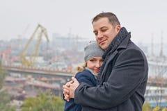 Tâmara. Abraçando sorrisos dos pares Imagens de Stock Royalty Free