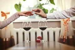 Tâmara romântica Pares novos com o vinho que tem a data romântica no ch imagens de stock royalty free
