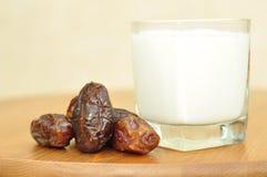 Tâmaras e leite. Foto de Stock