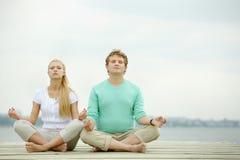 Tâmaras que meditating foto de stock royalty free