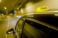 TÃ¥xi通过隧道 免版税库存图片