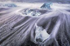 Tão frio quanto o gelo - gelo azul no nascer do sol da lagoa da geleira da praia Fotos de Stock Royalty Free