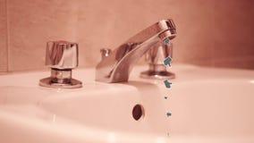 Tão muitos polegares abaixo do fluxo do torneira aberto do banheiro video estoque