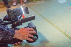Täcka en händelse med en videokamera , Tar Videographer videokameran med utrymme för den fria kopian för text , Videokameraoperat arkivbild
