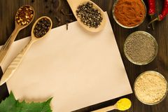 Täcka gammalt tappningpapper med kryddor på träbakgrund sund vegetarian för mat Arkivfoto