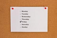 Täcka med dagar av veckan och den tydliga Fredagen som klämmas fast till coren Arkivfoton