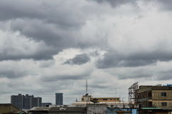 Täckande byggnad för regnmoln i stad Royaltyfri Foto