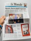 Täcker den läs- Le Mondefranskan för man tidningen med billyktan och p Royaltyfria Bilder