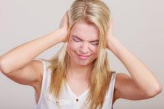 Täcker den stressade affärskvinnan för closeupen öron med händer Arkivfoton