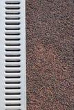 Täckningsstadion med textur för metallvattenavrinning Arkivfoton