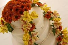Täckt bröllopstårta med blommor Royaltyfria Bilder