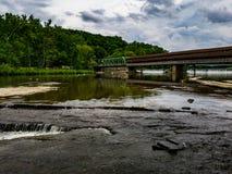Täckt bro över den storslagna floden, Harpersfield Ohio royaltyfri foto