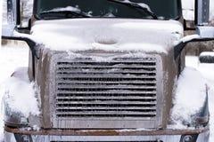 Is-täckt främre sikt för halv lastbil arkivbilder
