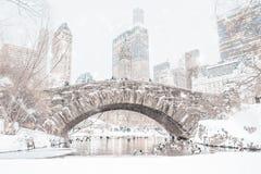 Täckt Gapstow för Central Park snö bro Arkivfoto