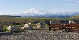 Täckt med grusobservationsdäcket Sikt av Mount Elbrus Passerande Gumbashi 2008 3280 kant steniga russia för maximum för april upp Royaltyfria Bilder