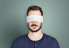 Täckt okontrollerat förbjudit borttappat begrepp för man öga arkivfoto