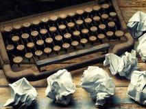 Täckt skrivbordpapper för tappning klumpa ihop sig skrivmaskinen closeupen Fotografering för Bildbyråer