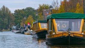 Täckte fartyg, på vattenkanalerna i Giethoorn, Nederländerna och träden, på en nedgångdag arkivbild