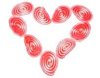 Täckte godishjärtor för godis som frukt är ordnade i forma av en hjärta, isolerat Royaltyfri Bild