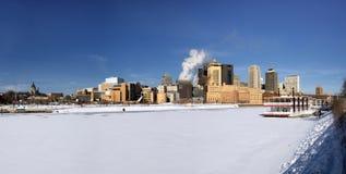 Is täckte Mississippi River med Saint Paul horisont, Minnesota, USA royaltyfri foto