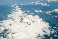 Is täckte tagna fron och flygplanet för vulkan krater under mitt flyg från Japan till Manila Inte säkert om det Mt fuji Fotografering för Bildbyråer
