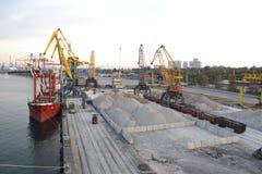 tägliche Arbeit im Hafen mit Frachten lizenzfreie stockfotografie