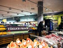 Tägliche frische Obst und Gemüse im deutschen Supermarkt stockbild