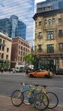 Tägliche Straßenlandschaft in im Stadtzentrum gelegenem Toronto mit Altbauten und neuen Glaswolkenkratzern lizenzfreie stockfotos
