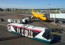 Tägliche Tätigkeiten von verschiedenen Services am Flugplatz von Domodedovo-Flughafen Stockfotos