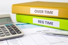 Tägliche Zeitaufzeichnung mit leerem Gehaltsabrechnungsstundenzettel Stockfotografie
