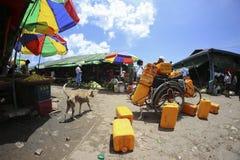 Täglicher Erzeugnistagesmarkt mit sehr bunten Einstellungen und blauer Himmel an Bahnhof Danyingone in der Stadt von Rangun Myanm lizenzfreie stockfotos